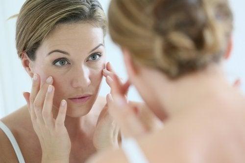 Aynaya bakan kadın