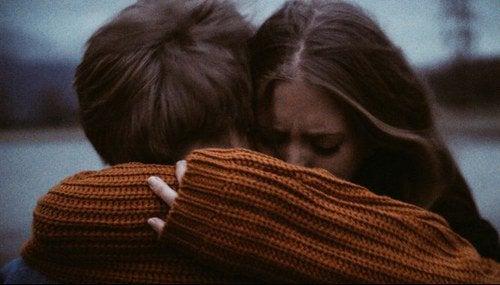 birbirine sarılarak ağlayan çift