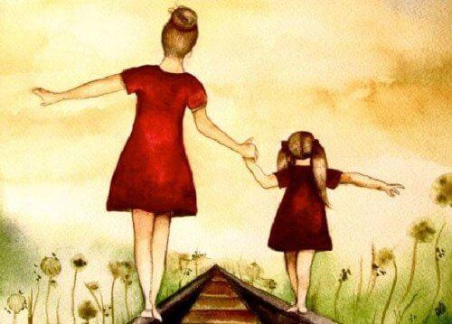 tren raylarında yürüyen anne kız