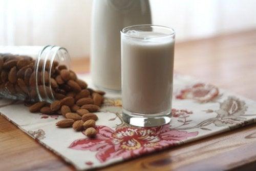 badem sütü şekerli bir içecektir