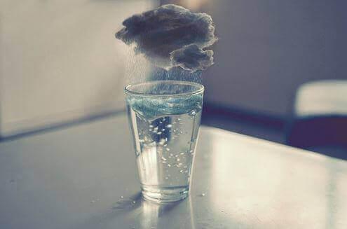 bardağı yağmur suyuyla dolduran bulut