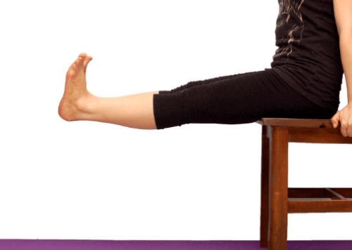sandalyede oturup bacakları uzatmak