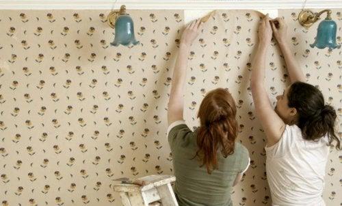 duvar kağıdı yapıştıran çift