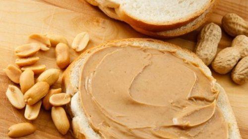 ekmeğe fıstık ezmesi sürmek