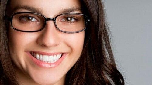 gözlük ve gülümseyen kadın