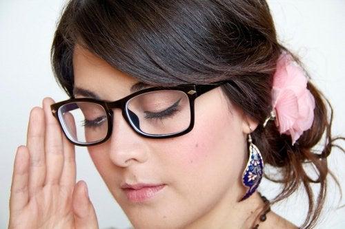 düşünceli gözlüklü kadın