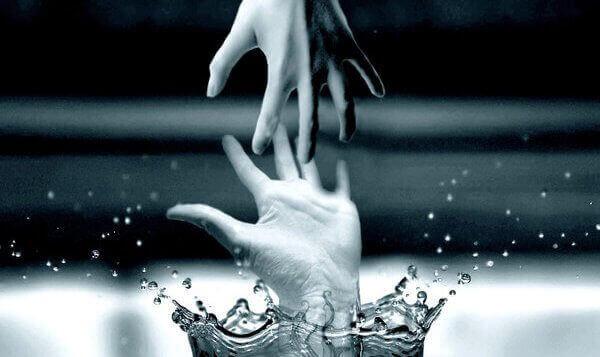 birbirine dokunmaya çalışan eller