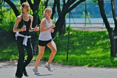 iki kadın koşuyor