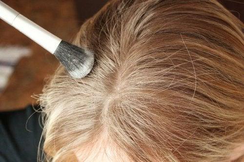 sarı saçlara kuru şampuan uygulama