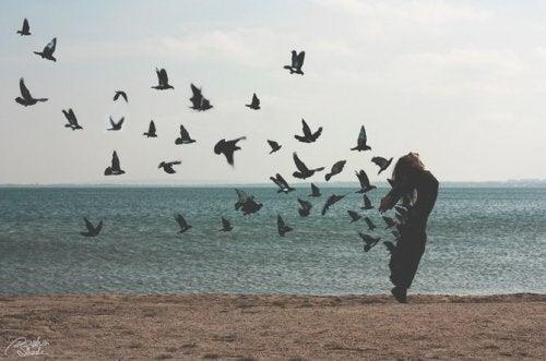 özgür kuşlara dönüşen kadın