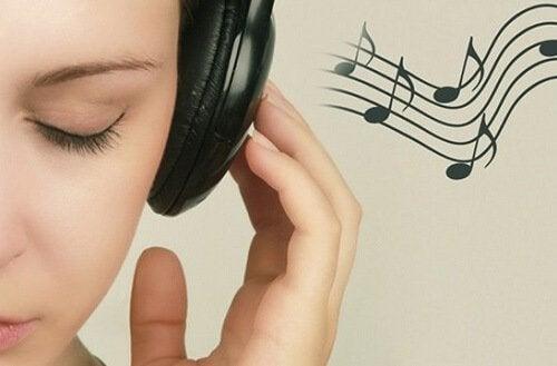 kulaklıkla müzik dinleyen kız