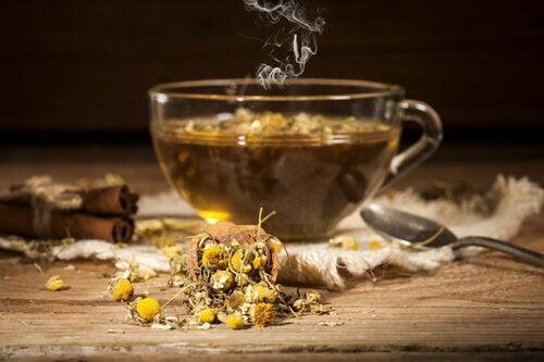 papatya çayı ve yaprakları