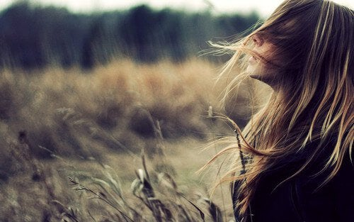 rüzgarda saçları savrulan dertli kadın