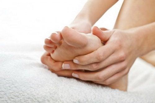 şişkin ayaklara masaj yapan eller