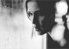 yağmurlu bir günde camı önünde ağlayan kadın