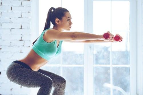 ağırlık ile egzersiz yapan kadın