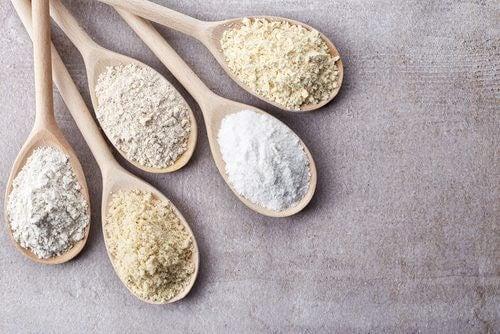 kaşık içinde tahıl ürünleri