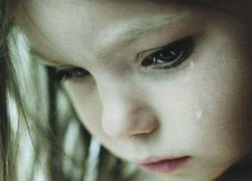 ağlayan kız çocuğu