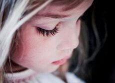 gri saçlı üzgün kız çocuğu