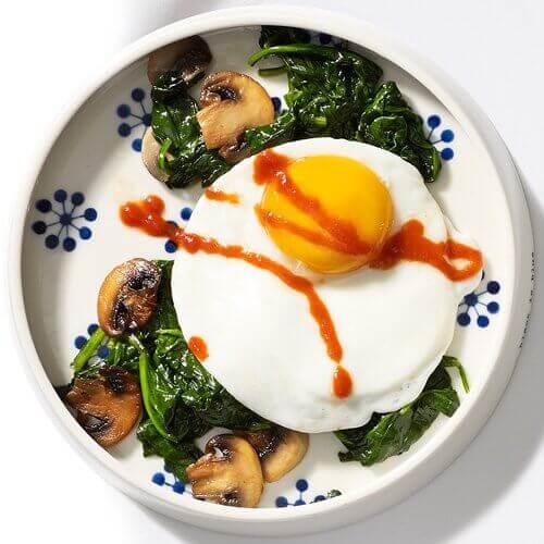 sahanda yumurta ve sebzeler