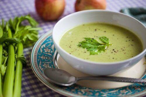 diyet için hazırlanmış yeşil çorba