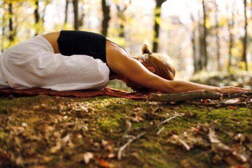 yoga yapmak ve çocuk pozisyonu