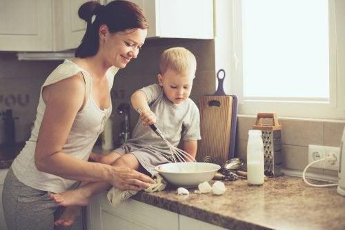 anne ve bebek mutfakta yemek yapıyor