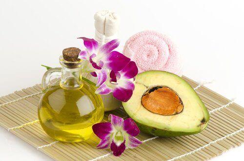 avokado ve cam şişede zeytin yağı