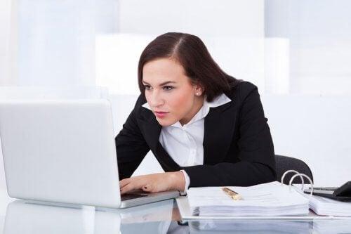 dikkatle çalışan kadın