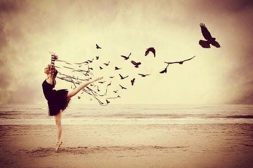 sahilde dans eden kız ve kuşlar