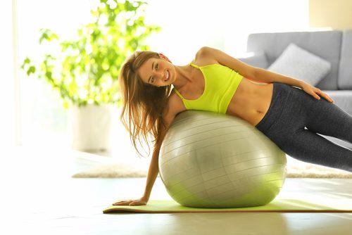 egzersiz topuna yaslanmış kadın