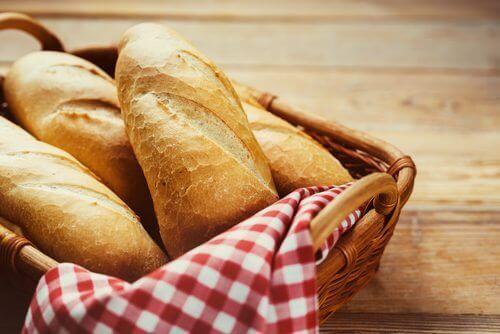 ekmek sepetinde duran ekmekler