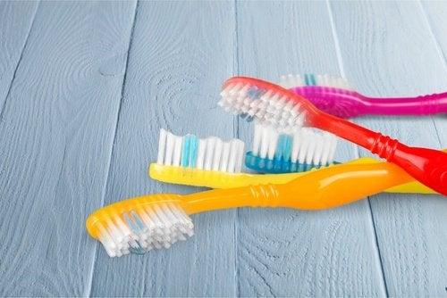 Eski renkli diş fırçaları