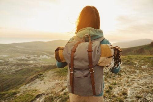 çantalı gezgin kadın manzara
