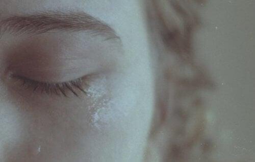 Ağlayan bir kadının gözyaşı