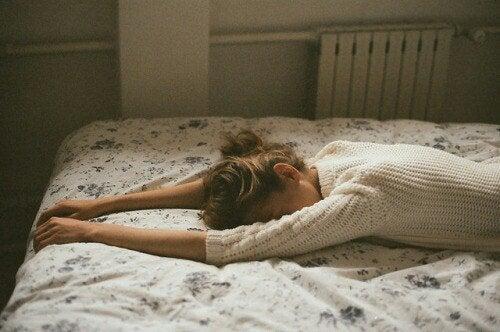 Yatakta uzanan kadın