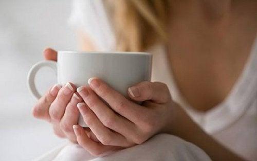 kahve tutan kadının güzel elleri