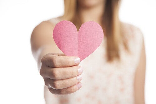 elinde kalp tutan kadın