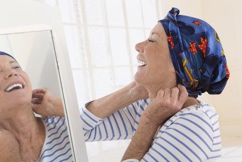 kanser hastası gülen kadın