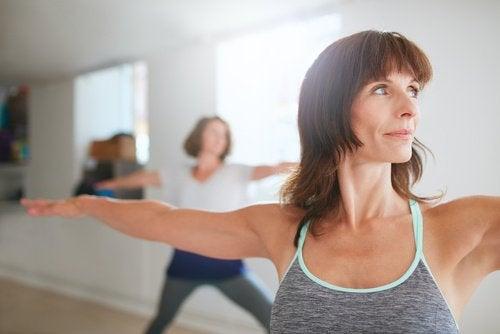 göğüslerinizi doğal yoldan sıkılaştırmak için egzersiz