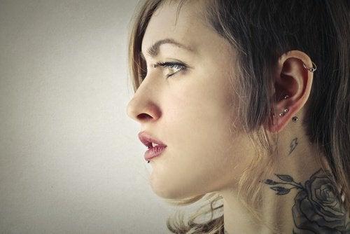 piercingli kadın