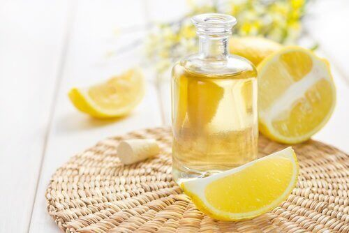 Şişede bulunan limon yağı