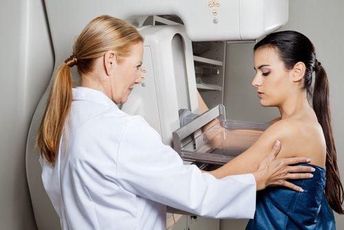 mamografi yaptıran kadın