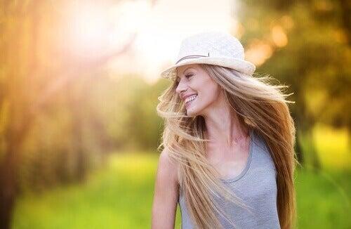 gülen şapkalı kadın