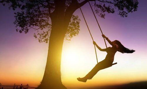 ağaçta salıncakta sallanan kadın