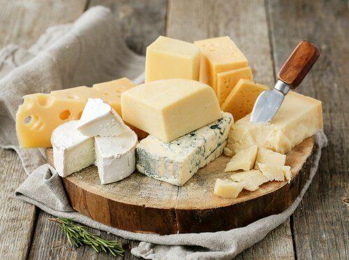 tabak içinde çeşitli peynirler