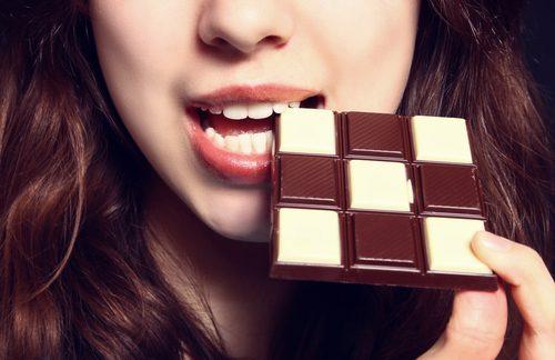 siyah beyaz çikolata yiyen kadın