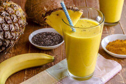 zerdeçal muz ve ananaslı smoothie