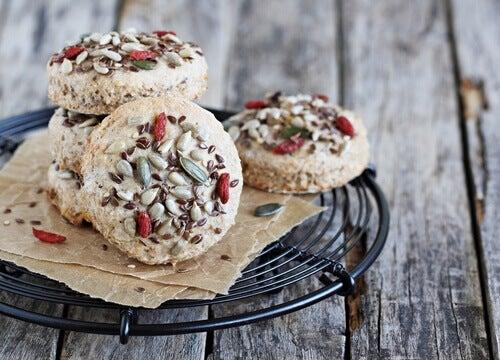 bir tabak super besleyici dolgulu kurabiye
