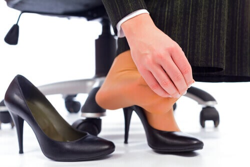 kadın ve topuklu ayakkabı